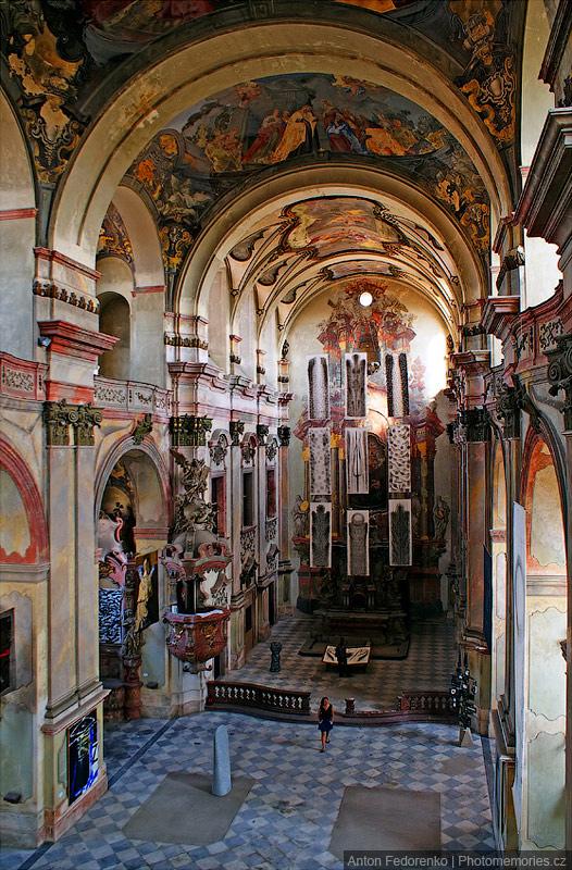 Бывший костел монастыря сегодня служит как галерея
